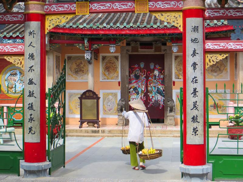 4Awomanvisitingpagoda